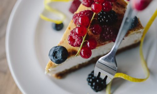 foodiesfeed.com_eating-cheesecake-with-berries